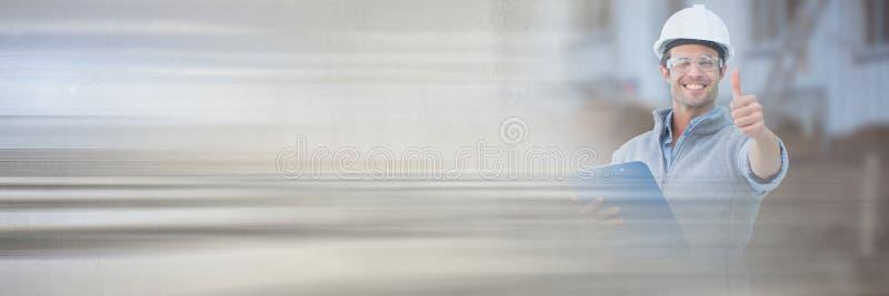 Trabajador de construcción con los pulgares para arriba delante del emplazamiento de la obra con efecto de la transición imagenes de archivo
