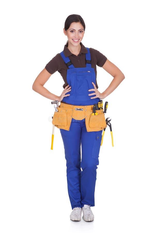 Trabajador de construcción de sexo femenino con Toolbelt imagen de archivo