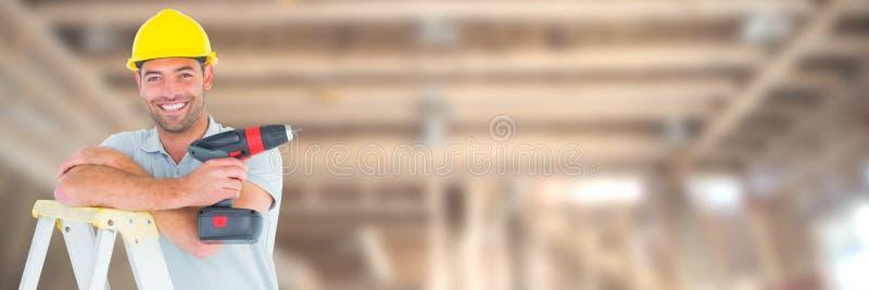 Trabajador de construcción en el taladro de la tenencia del solar encima de la escalera imagen de archivo libre de regalías