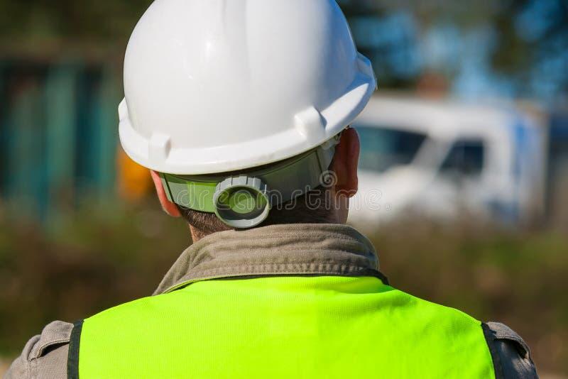Trabajador de construcción In Hard Hat en solar foto de archivo