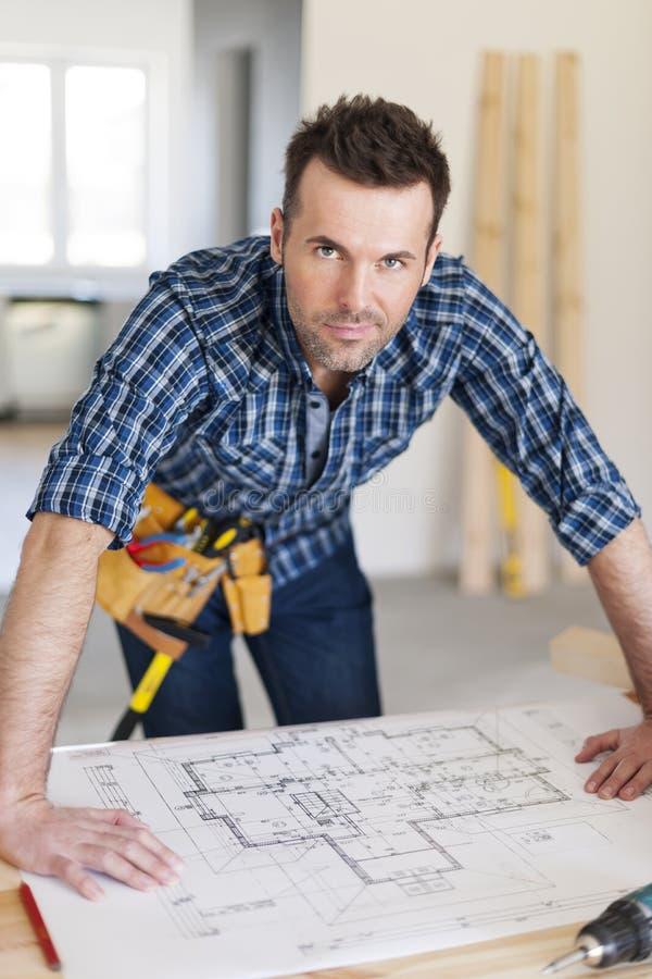 Trabajador de construcción hermoso imagen de archivo libre de regalías