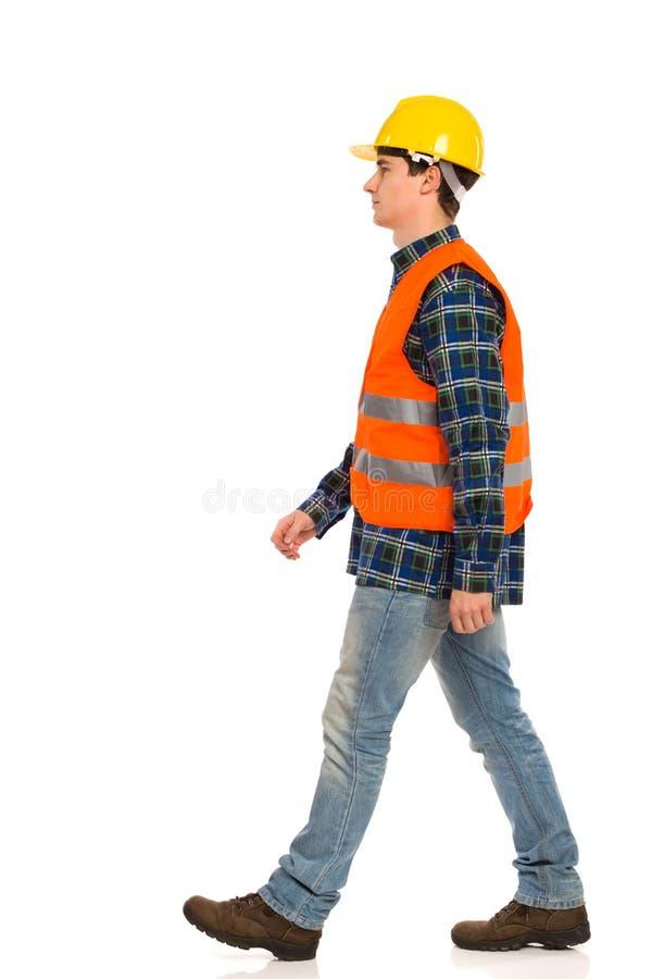 Trabajador de construcción que camina. imagen de archivo libre de regalías