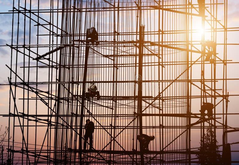 Trabajador de construcción que lía la estructura de acero stock de ilustración