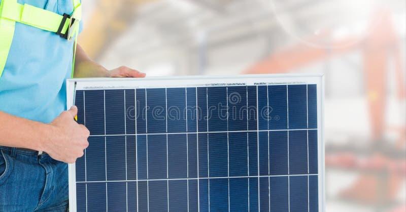 Trabajador de construcción que se coloca con el panel solar foto de archivo libre de regalías