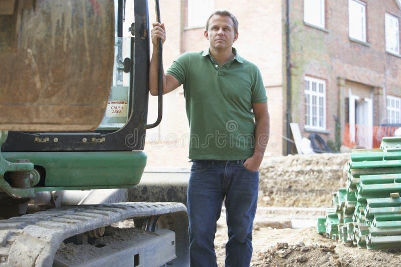 Trabajador de construcción que usa el cavador foto de archivo libre de regalías