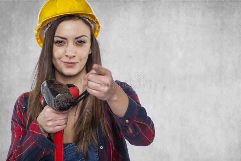 Trabajador de construcción de sexo femenino que señala en usted foto de archivo libre de regalías