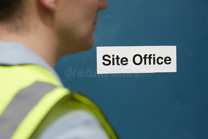 Trabajador de construcción At Site Office imagen de archivo libre de regalías