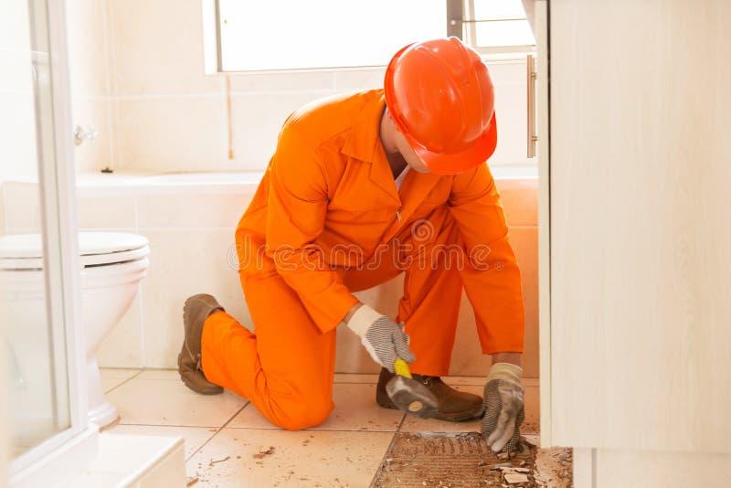 Trabajador de Constructon que quita las tejas imagenes de archivo