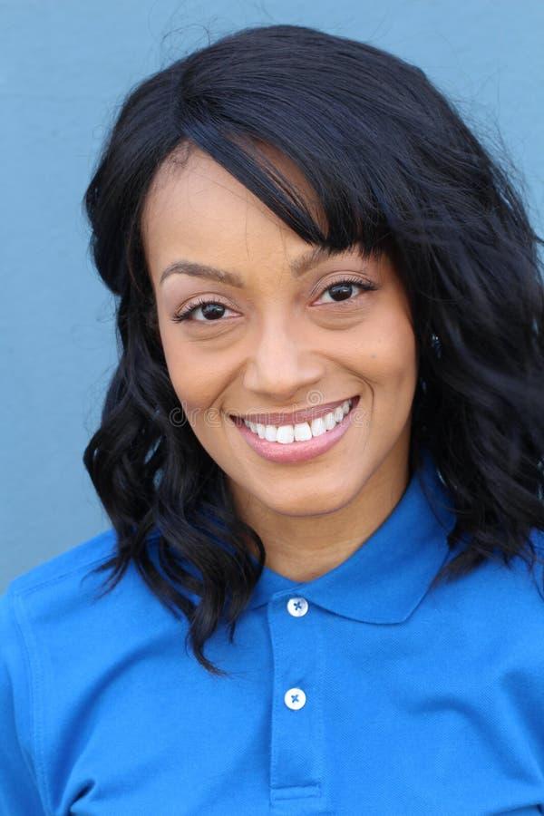 Trabajador de cuello azul de sexo femenino afroamericano que presenta en la travesía uniforme aislada en azul fotos de archivo libres de regalías