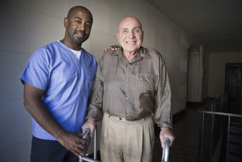 Trabajador de la atención sanitaria con el hombre mayor imagen de archivo libre de regalías