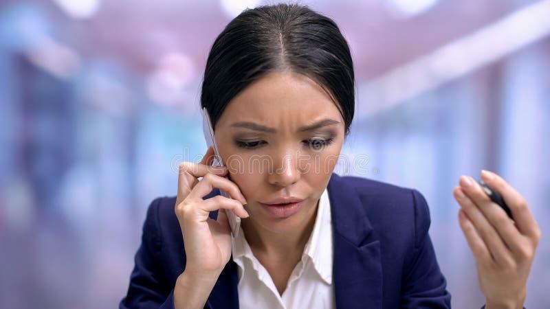 Trabajador de la compañía que habla en el teléfono, conversación con el cliente enfadado, consultor fotografía de archivo libre de regalías