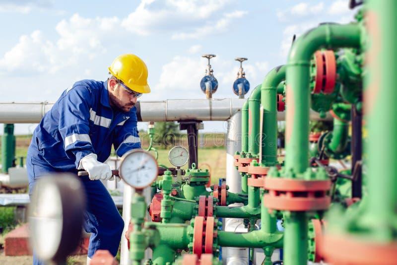 Trabajador de la industria del petróleo y gas imágenes de archivo libres de regalías