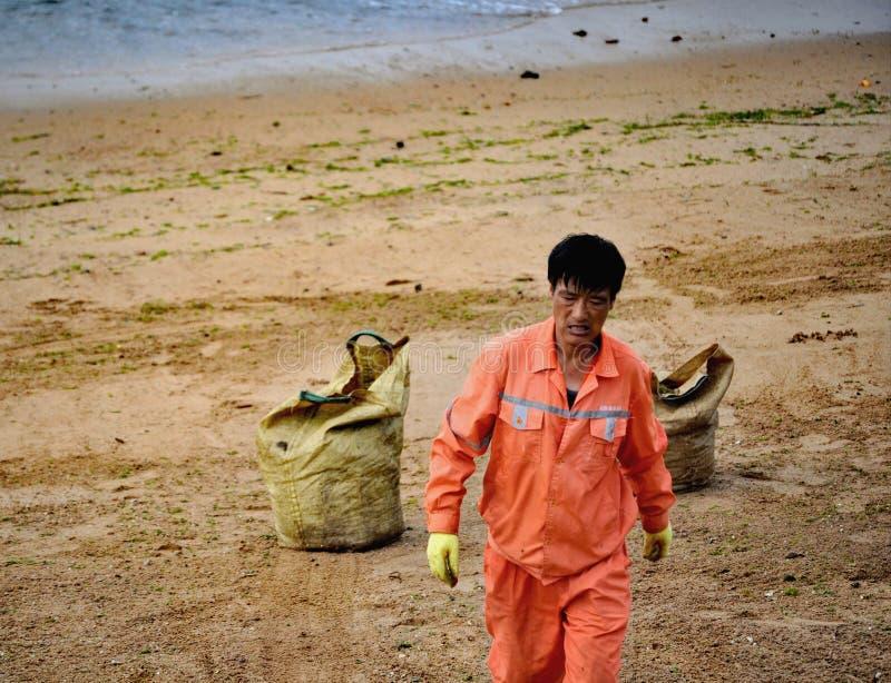 Trabajador de la playa, Qingdao, China fotos de archivo libres de regalías