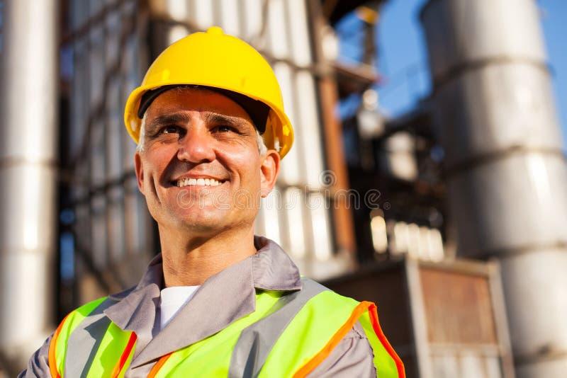 Trabajador de la refinería del combustible fotos de archivo