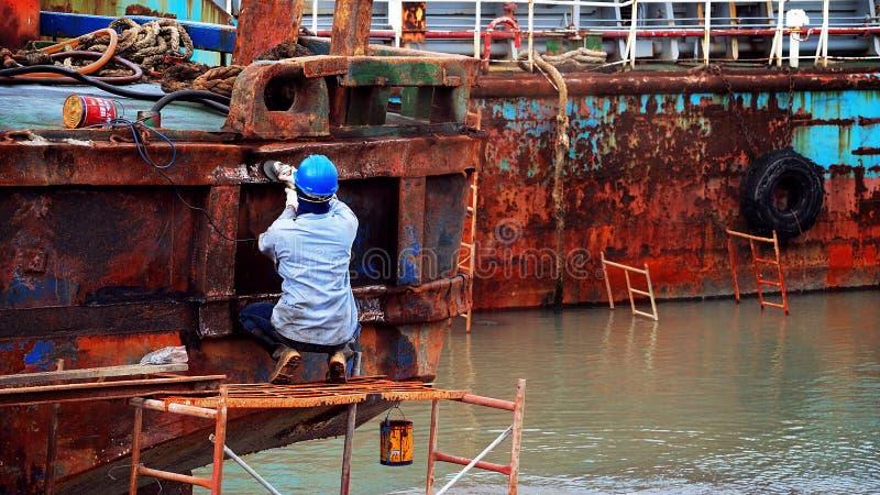 Trabajador de la reparación de la nave fotografía de archivo libre de regalías