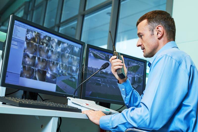 Trabajador de la seguridad durante la supervisión Sistema de vigilancia video fotos de archivo libres de regalías