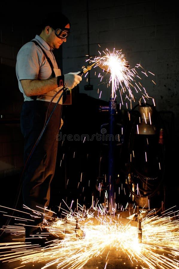 Trabajador de la soldadura en fábrica fotografía de archivo libre de regalías