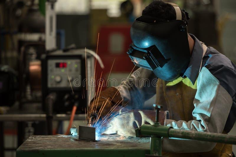 Trabajador de la soldadura en fábrica foto de archivo libre de regalías