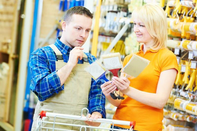 Trabajador de la tienda de Hardwarer con el comprador del artesano fotografía de archivo