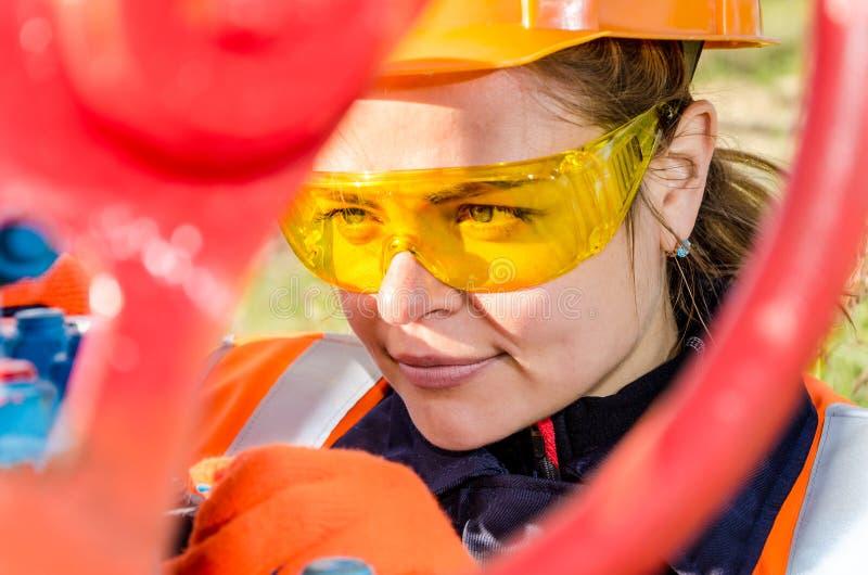 Trabajador de mujer en el campo petrolífero imagen de archivo