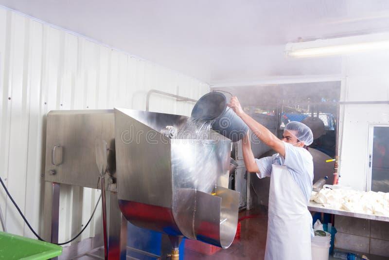 Trabajador de planta de la producción alimentaria imagen de archivo libre de regalías
