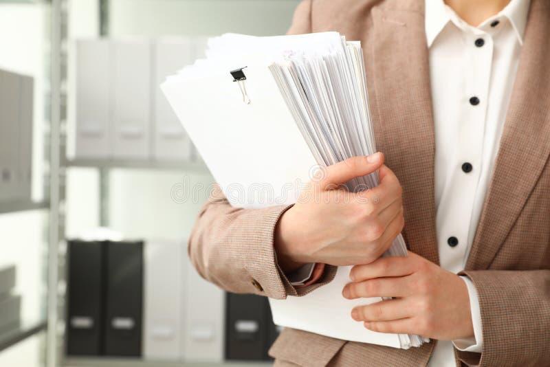 Trabajador de sexo femenino con los documentos en archivo fotos de archivo