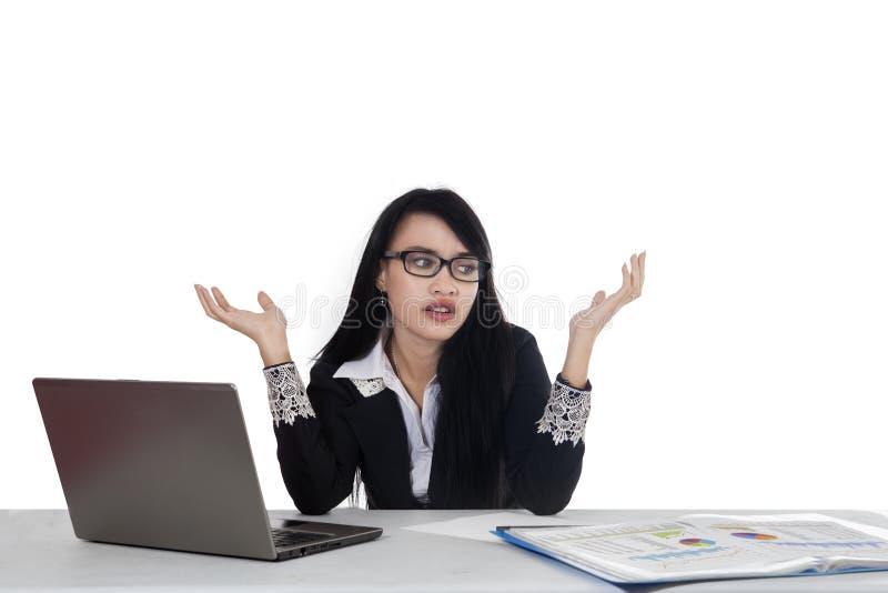 Trabajador de sexo femenino confuso con el ordenador portátil imagen de archivo libre de regalías