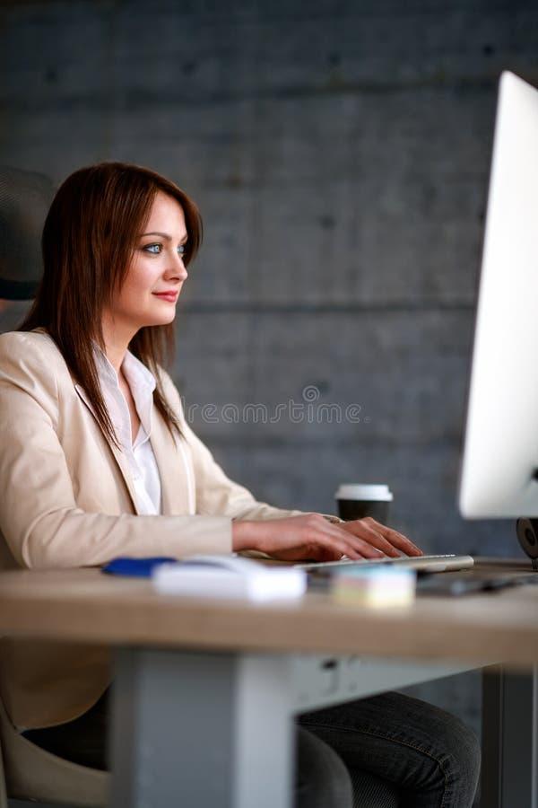Trabajador de sexo femenino en el trabajo en oficina fotos de archivo