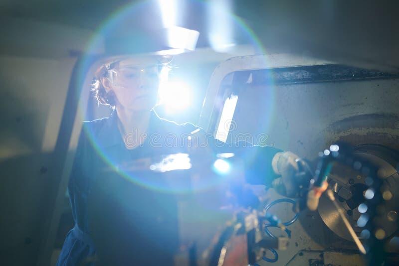 Trabajador de sexo femenino en la llamarada de la lente de la fábrica foto de archivo libre de regalías