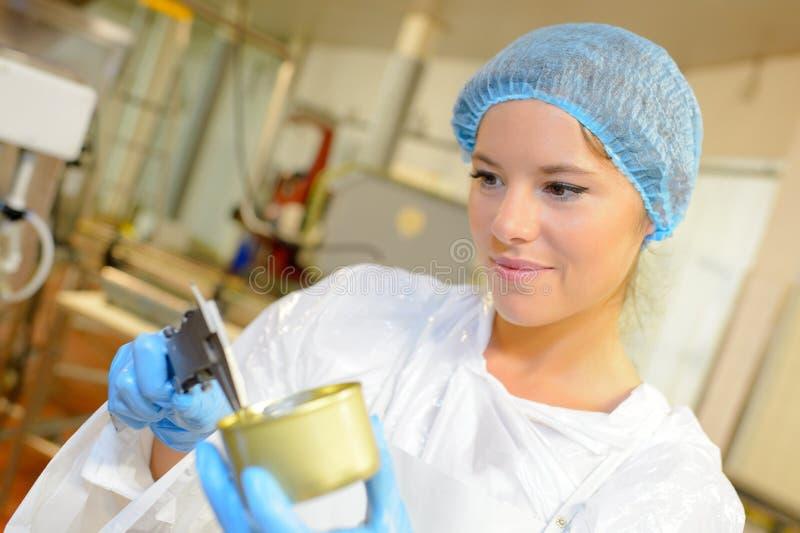 Trabajador de sexo femenino hermoso en la fábrica de la fábrica de conservas fotografía de archivo