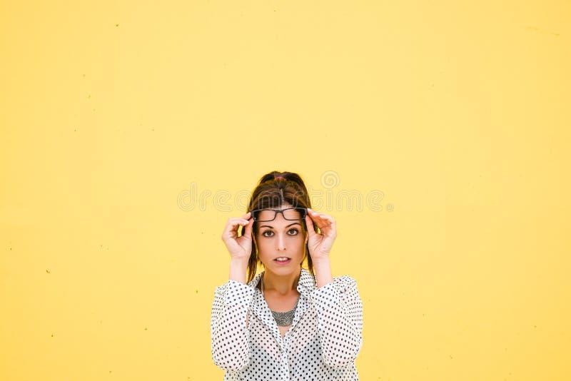 Trabajador de sexo femenino moderno con los vidrios imágenes de archivo libres de regalías