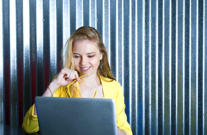 Trabajador de sexo femenino rubio joven que recibe las buenas noticias, satisfaciendo con resultados del proyecto foto de archivo libre de regalías