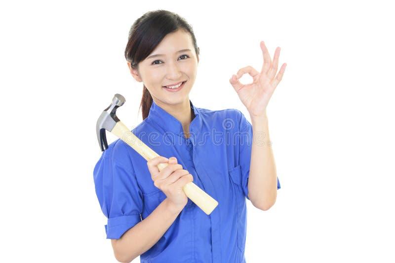 Trabajador de sexo femenino sonriente fotos de archivo libres de regalías