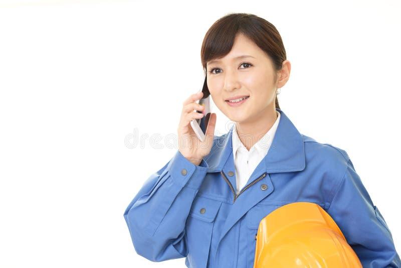 Trabajador de sexo femenino sonriente imágenes de archivo libres de regalías
