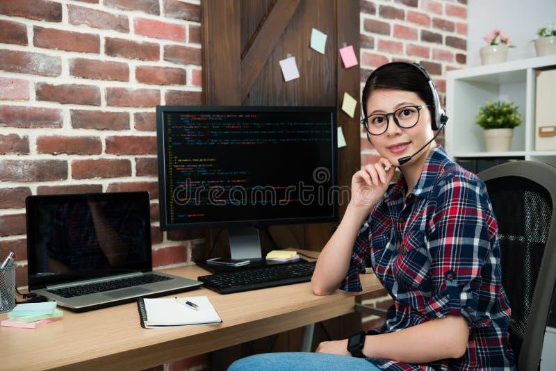 Trabajador de sexo femenino sonriente hermoso del programador imagen de archivo libre de regalías