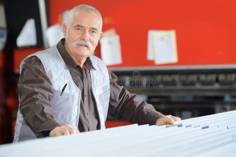 Trabajador de sexo masculino mayor del retrato imágenes de archivo libres de regalías