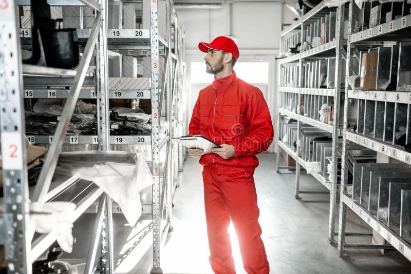 Trabajador de Warehouse con el tablero en el almacenamiento imágenes de archivo libres de regalías