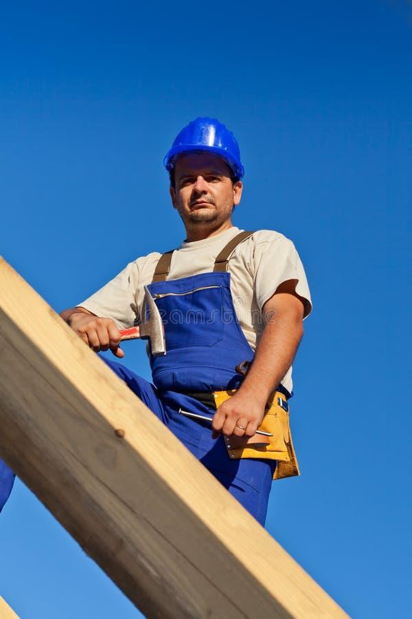 Trabajador del carpintero encima de la azotea imagenes de archivo
