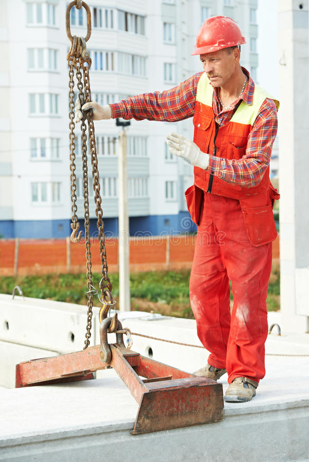 Trabajador del constructor que instala el bloque de cemento foto de archivo