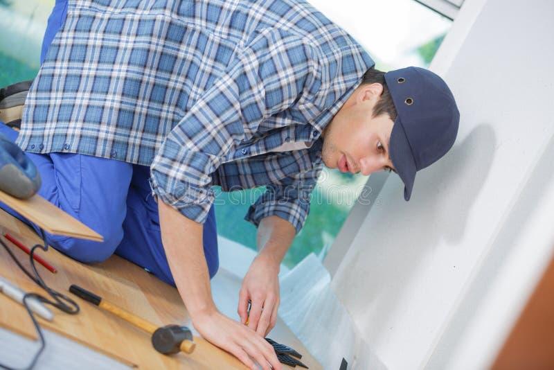 Trabajador del hombre que instala el plinth fotografía de archivo