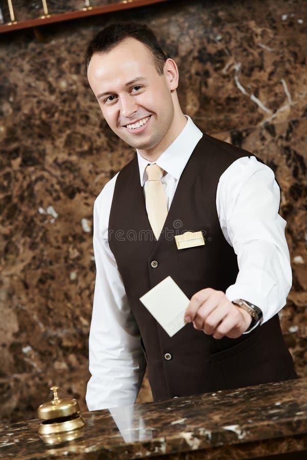 Trabajador del hotel con la llave electrónica foto de archivo
