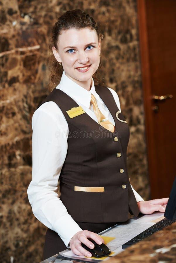 Trabajador del hotel con la llave electrónica imagen de archivo