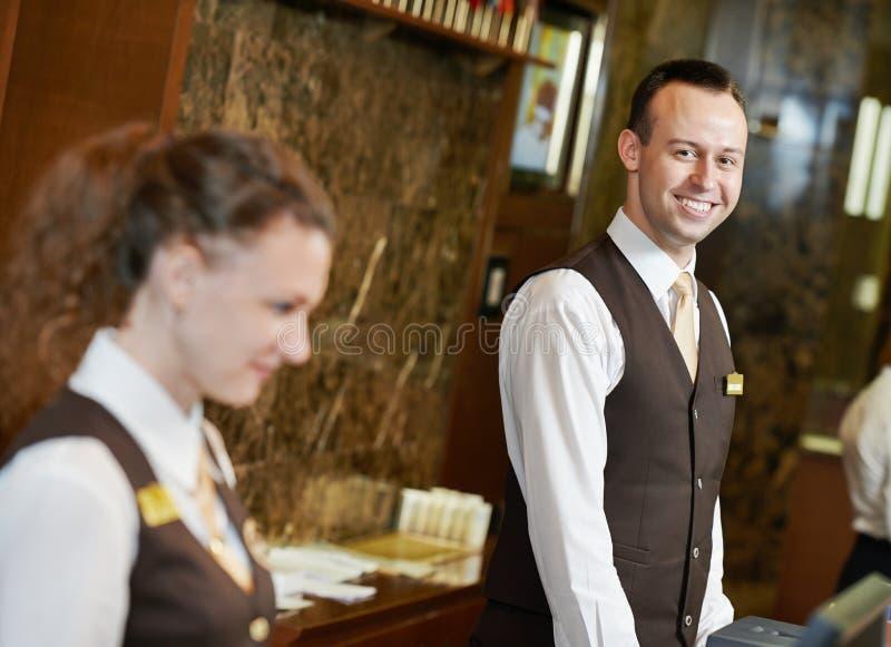 Trabajador del hotel en la recepción imagen de archivo libre de regalías