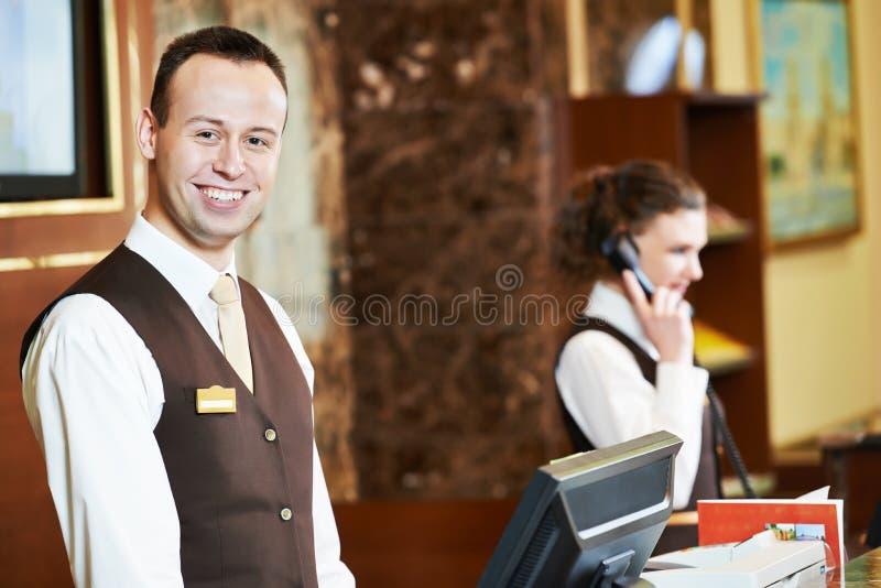 Trabajador del hotel en la recepción imagen de archivo