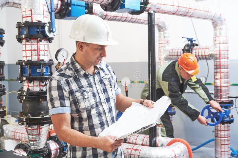Trabajador del ingeniero de construcción en el sitio de caldera industrial imagen de archivo libre de regalías