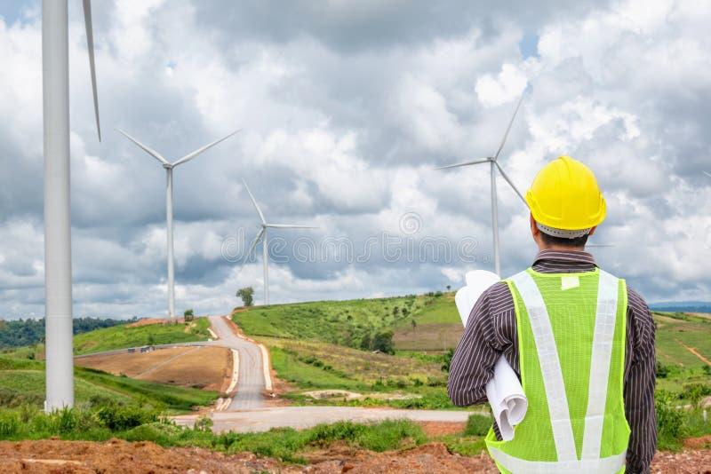 Trabajador del ingeniero en la central eléctrica de la turbina de viento fotografía de archivo