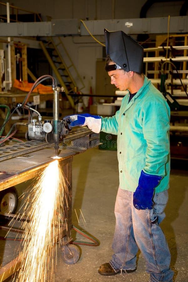 Trabajador del metal que usa la hornilla de la pista foto de archivo