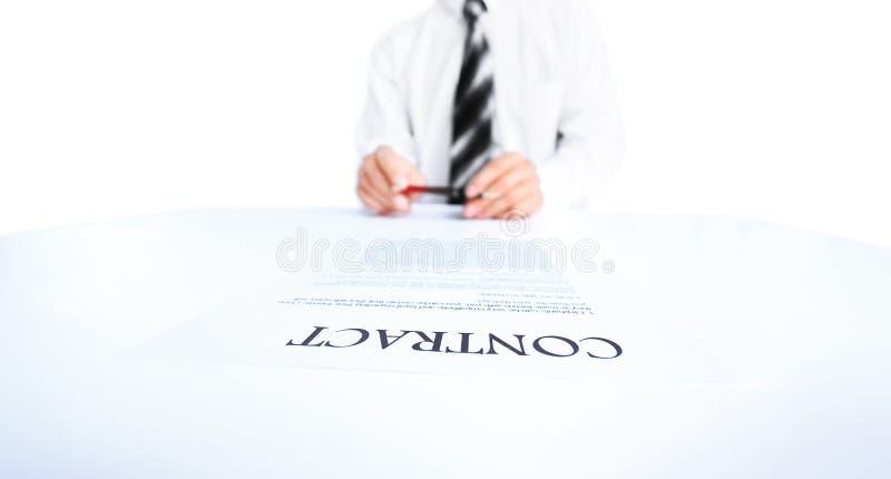 Trabajador del negocio que firma el contrato imágenes de archivo libres de regalías