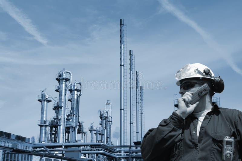 Trabajador del petróleo y gas con la refinería fotos de archivo