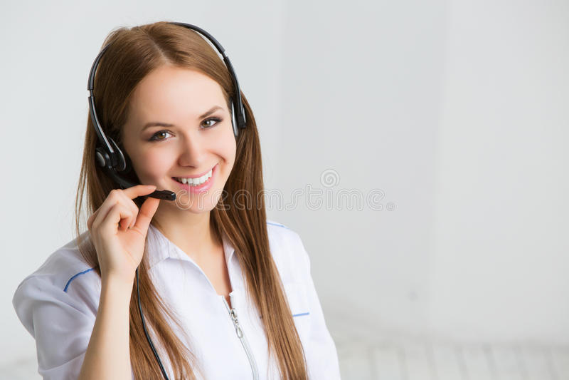 Trabajador del servicio de atención al cliente de la mujer, operador de centro de atención telefónica imágenes de archivo libres de regalías